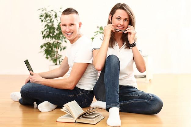 Casal usando laptop juntos