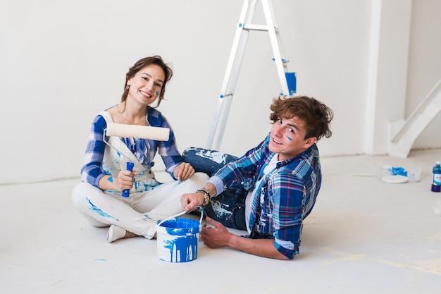 Casal vai pintar as paredes, escolhendo a cor.