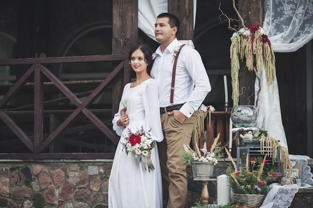 Casal vestido de noiva
