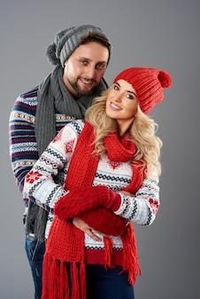 Casal vestindo roupas quentes de inverno