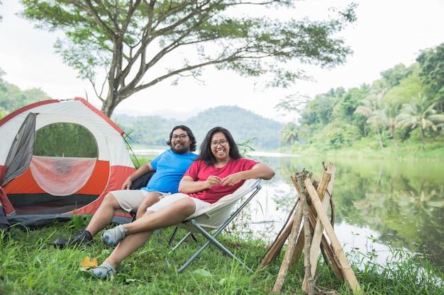 Casal viajando e passar o tempo enquanto acampar