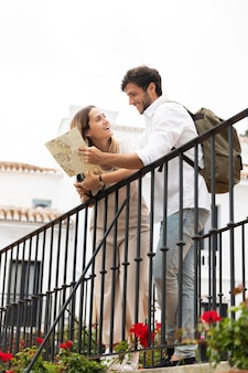 Casal viajando junto foto completa
