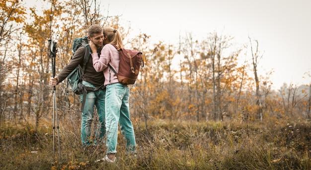 Casal viajando parou para relaxar em uma clareira da floresta