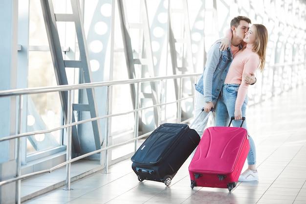 Casal viajando. viagem de amantes. jovem e mulher no aeroporto. passeio em família.