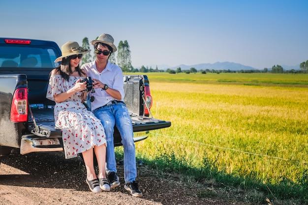 Casal viajante tem um tempo de relaxamento durante a viagem ao lado da estrada.