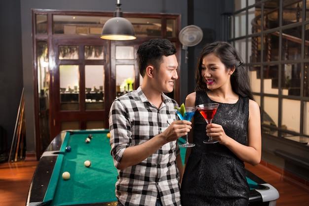 Casal vietnamita no bar