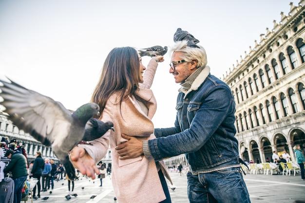 Casal visitando a praça de são marcos, veneza