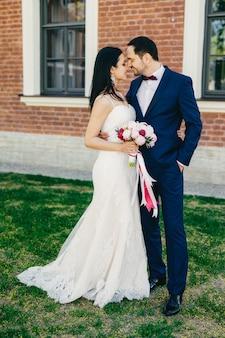 Casamento afetuoso jovem casal vai beijar, sendo feliz para comemorar seu casamento