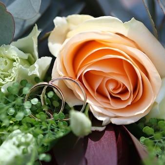 Casamento, buquê de flores da noiva com anéis de ouro