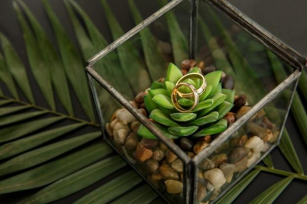 Casamento. casamento rústico. alianças de casamento em caixa de anel