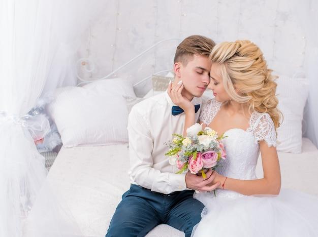 Casamento com decoração beijos, abraços. casal feliz. amantes noiva e noivo em decoração de luxo. noiva e noivo juntos. casal se abraçando. recém-casados no dia do casamento