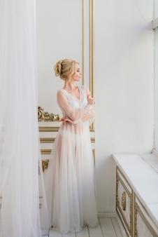 Casamento conceitual, a manhã da noiva no estilo europeu. vestido boudoir. minimalismo branco para a noiva