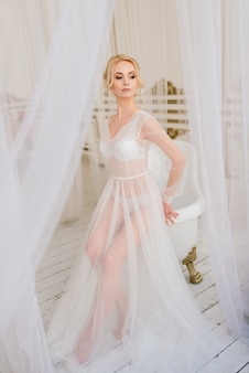 Casamento conceitual, a manhã da noiva no estilo europeu. vestido boudoir, taxas no interior. minimalismo branco para a noiva