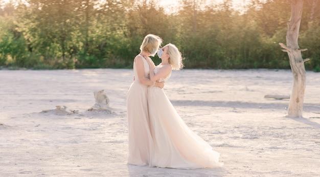 Casamento de casal de lésbicas na areia branca, usa máscaras para prevenir a epidemia covid-19
