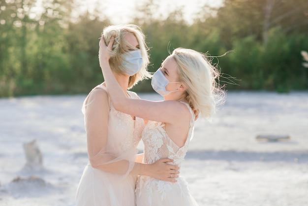 Casamento de casal de lésbicas, usar máscaras para prevenir a epidemia covid-19
