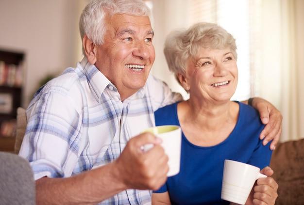 Casamento de idosos fazendo uma pausa para um café