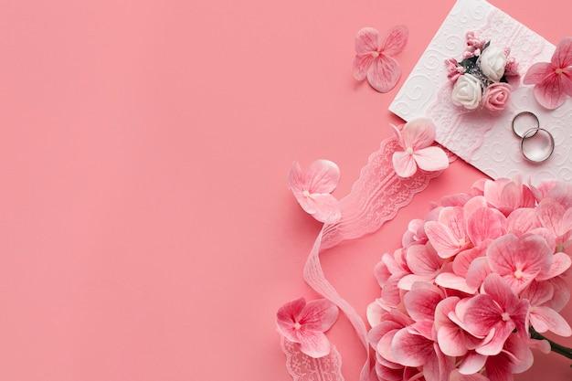 Casamento de luxo com flores e anéis cor de rosa