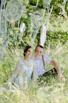 Casamento de um jovem casal lindo em estilo vintage. recém-casados em um passeio no parque