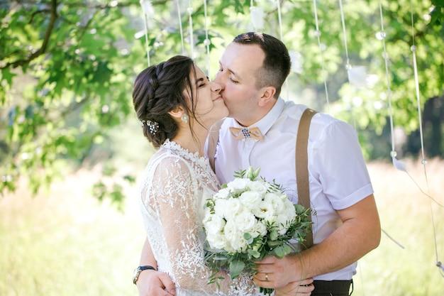 Casamento de um jovem casal lindo em estilo vintage