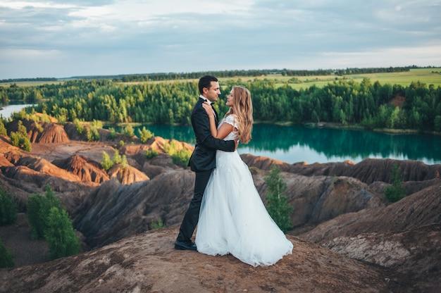 Casamento de um lindo casal no contexto de um canyon