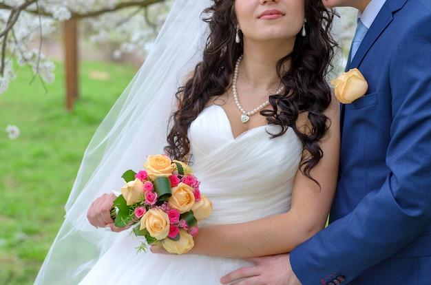 Casamento em buquê de primavera recém-casados
