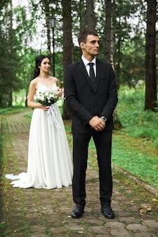 Casamento incrível: um casal apaixonado, uma linda noiva e um noivo estiloso após a cerimônia de casamento