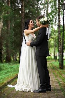 Casamento incrível, um casal apaixonado, uma noiva bonita e um noivo elegante após a cerimônia de casamento