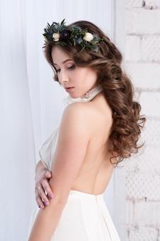 Casamento. jovem noiva tranquila gentil no véu branco clássico olhando para longe