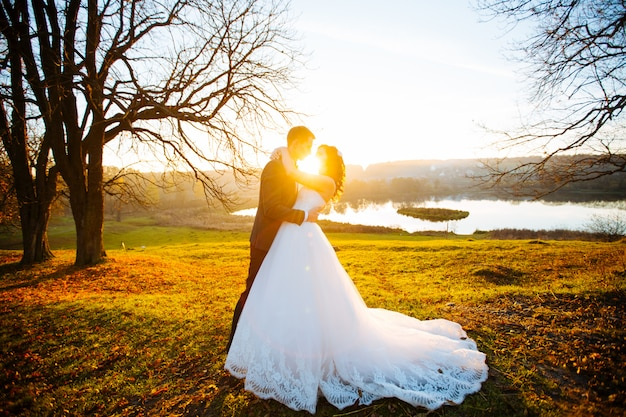 Casamento. lindo casal beijando ao sol