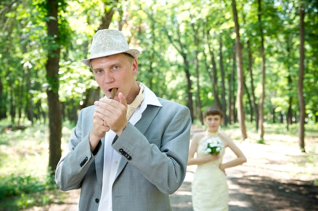 Casamento lindo jovem noiva e noivo em um parque