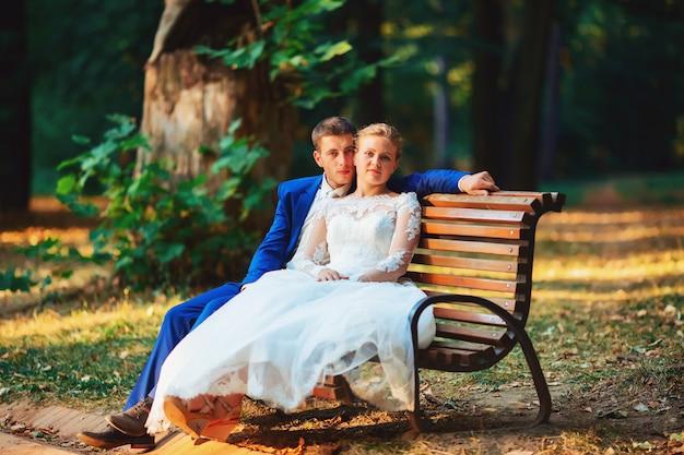 Casamento na natureza verde floresta beijando
