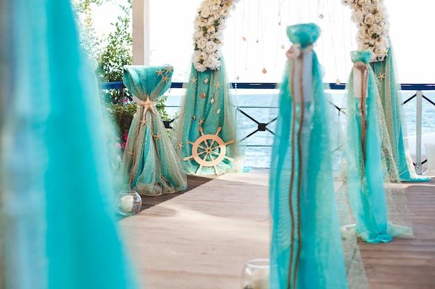Casamento na praia. belo arco de casamento, decorado com flores. mar. o oceano.