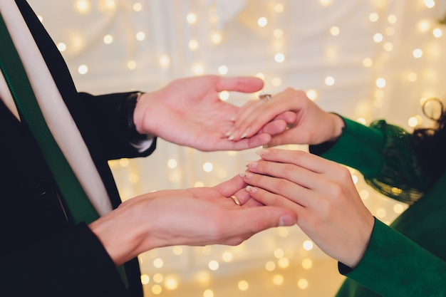 Casamento nacional. noiva e noivo. casal muçulmano de casamento durante a cerimônia de casamento. casamento muçulmano.