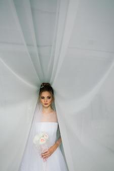 Casamento. noiva em um lindo vestido dentro de casa, no interior do estúdio branco como em casa.