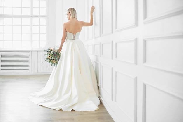 Casamento. noiva linda em um vestido de noiva