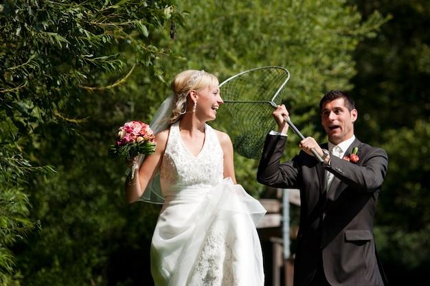 Casamento, noivo pegando sua noiva com rede de mergulho