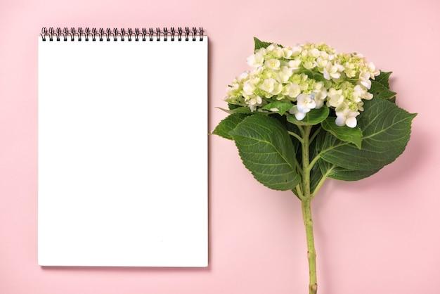 Casamento para fazer a lista com flores. plano plano do planejador de maquete.
