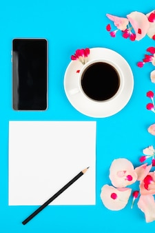 Casamento para fazer a lista com flores sobre fundo rosa. maquete floral com cartão de papel