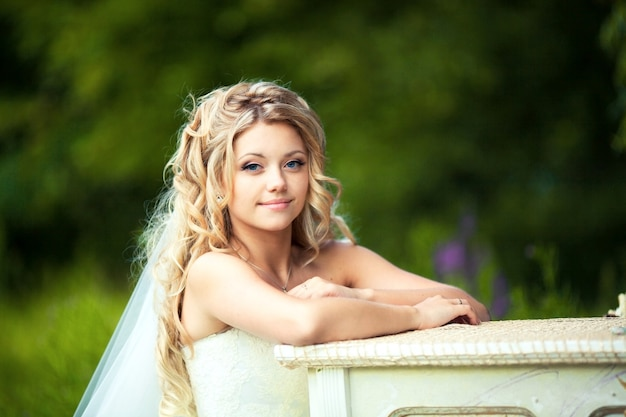 Casamento. retrato de uma linda noiva em seu boudoir perto do piano