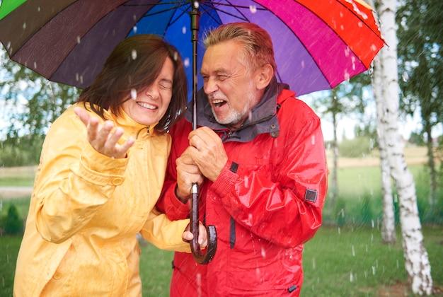 Casamento segurando guarda-chuva colorido