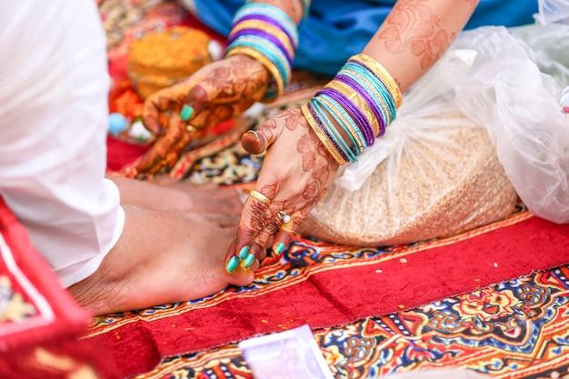 Casamento tradicional indiano: cerimônia de haldi de perna de noivo
