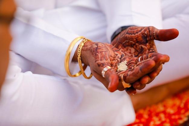 Casamento tradicional indiano: mão do noivo