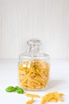 Casarecce de massa italiana crua em uma jarra de vidro