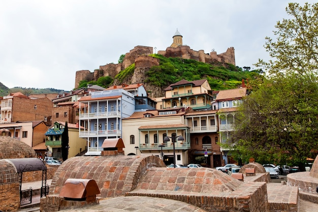 Casas antigas da cidade de tbilisi, geórgia. vista da paisagem urbana