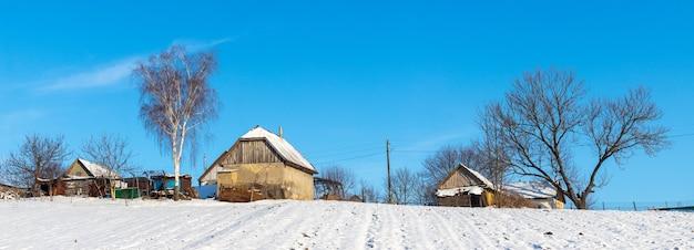 Casas antigas de aldeia no inverno em um dia ensolarado