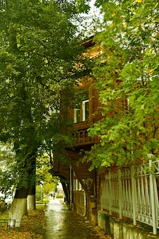 Casas antigas de madeira na rua da cidade