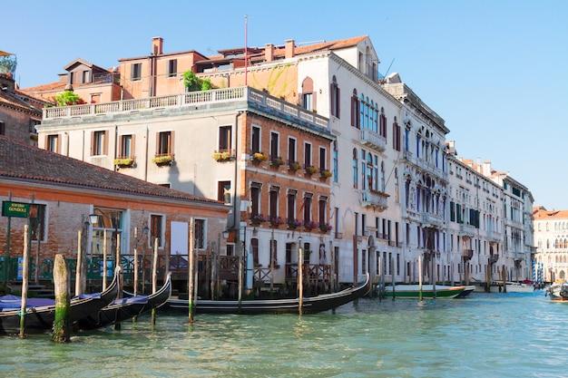 Casas antigas de veneza sobre as águas do grande canal, itália