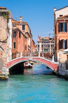 Casas antigas e vias navegáveis no centro de veneza na itália