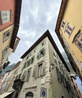 Casas antigas em uma rua em riva del garda, na itália