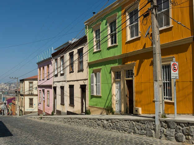 Casas ao longo de uma rua de paralelepípedos, valparaíso, chile